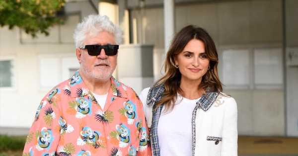 Junto a Almodóvar y con un exquisito 'look' de Chanel: el primer posado de Penélope Cruz en el Festival de Venecia