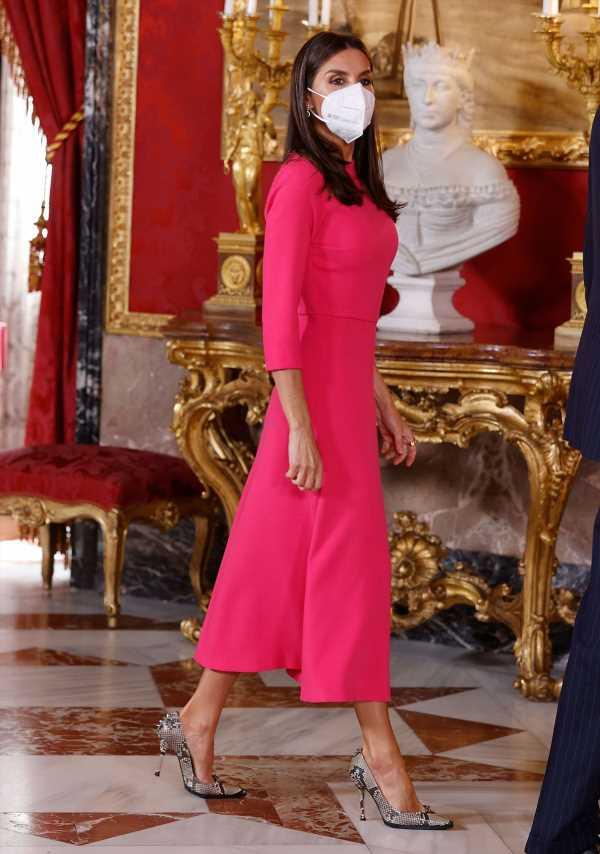 Letizia luce el color tendencia de la temporada: el rosa