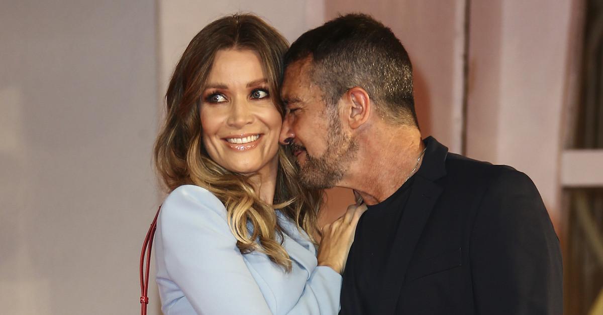 Nicole Kimpel deslumbra junto a Antonio Banderas en Venecia: minivestido azul y bolso de Bulgari