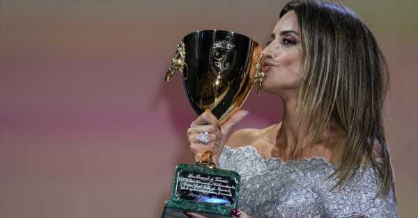 Penélope Cruz, mejor actriz en el festival de Venecia: vestido plateado de bailarina de Chanel, una confesión y un homenaje a Pilar Bardem