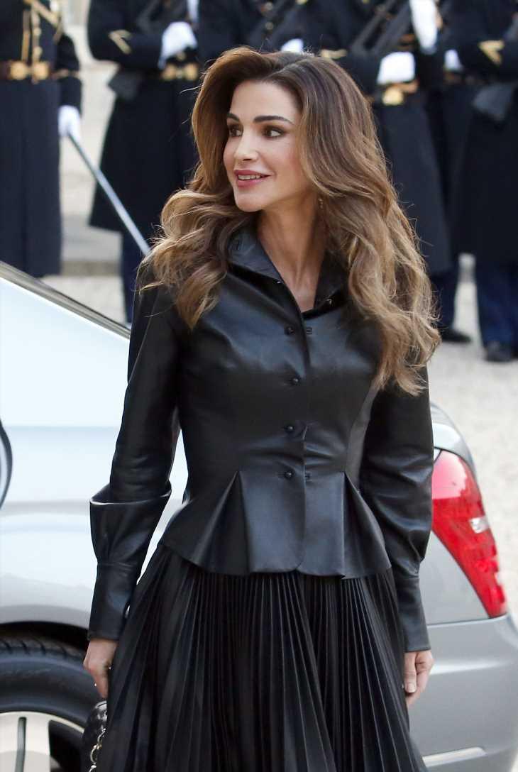 Rania de Jordania reinventa la clásica camisa azul
