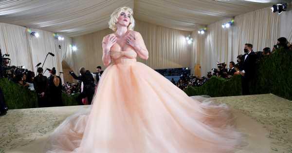 Siempre he querido hacer esto, pero tenía miedo: Billie Eilish se transforma en Marilyn Monroe con un espectacular vestido de Oscar de la Renta en la Met Gala 2021