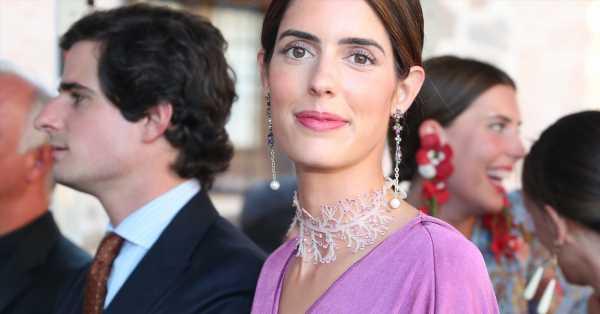 Sofía Palazuelo en la boda de su hermano: vestido-túnica rosa y una original gargantilla de cascada