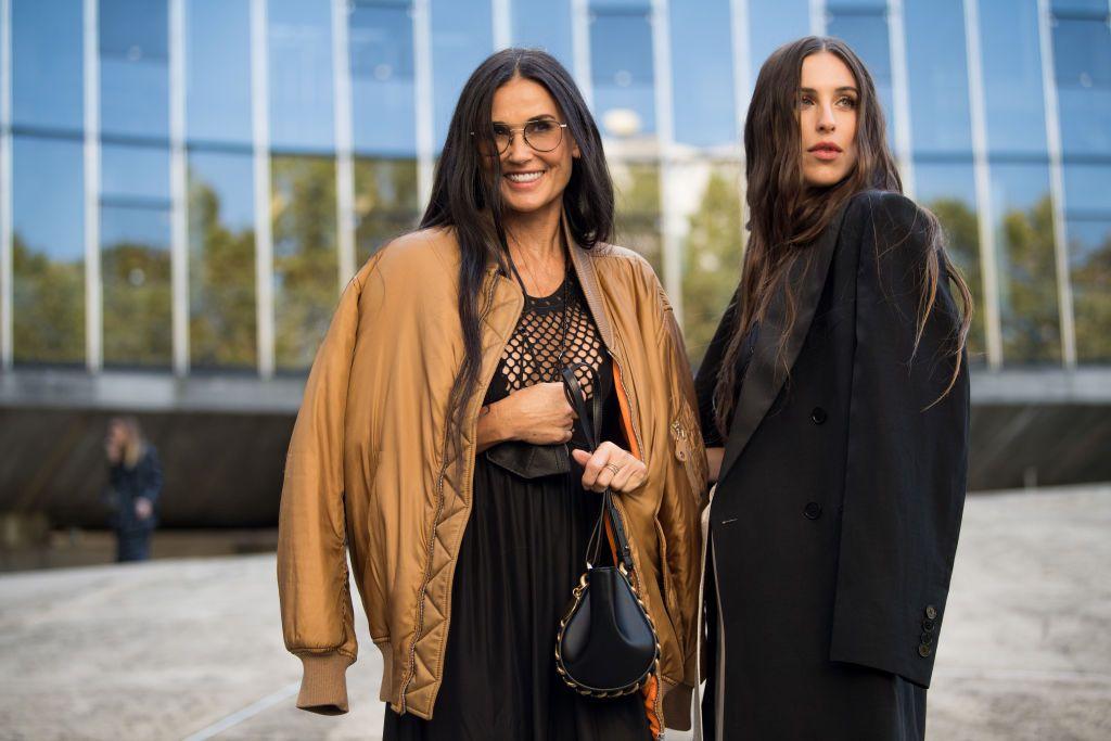 Demi Moore y su hija Scout Willis, en el 'street style' de París