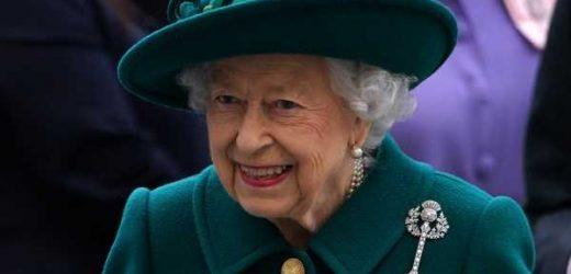 El broche que Isabel II ha escogido para hablar por primera vez del duque de Edimburgo