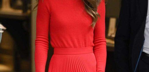 Kate Middleton deslumbra con un total look en rojo