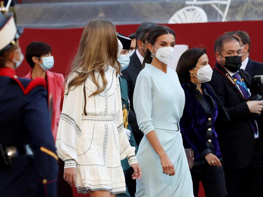 La reina Letizia con vestido midi cruzado en azul celeste el Día de la Hispanidad