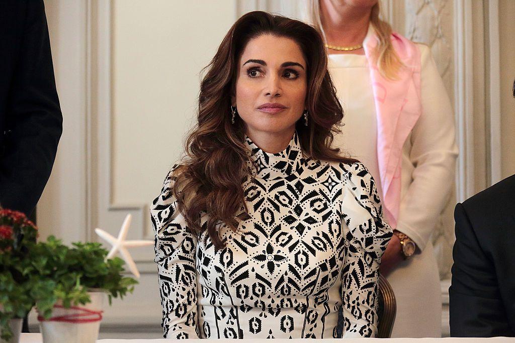 Rania de Jordania deslumbra con un total look mostaza de Erdem