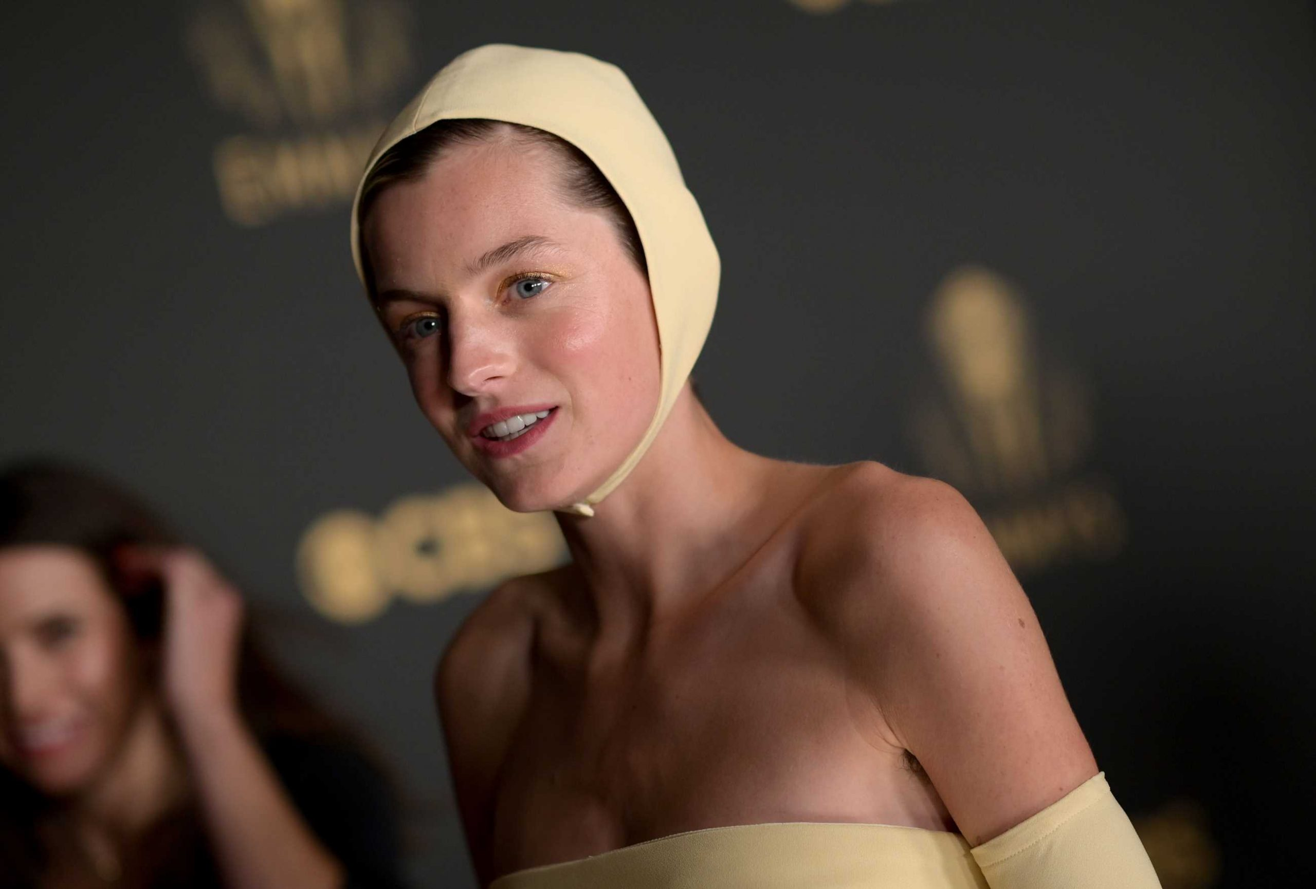 Zara tiene la capucha e punto de Emma Corrin
